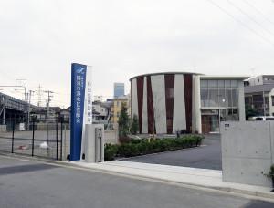 新たに建てられた休日急患診療所の建物。左に見えるのは新幹線の高架橋、遠くに見える丸い建物は「新横浜プリンスホテル」