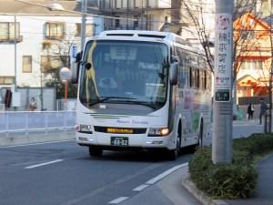 御殿場プレミアムアウトレット行きの高速バスは、東急の路線バスと同じように元住吉側にあるバス駐車場から出発直前にやってきました、普段は見慣れない富士急グループのバスです