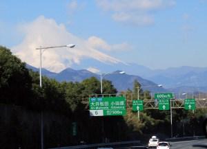 東名高速に入ると快適に走り、30分ほどで富士山の姿も見えてきました