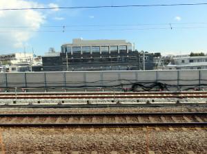 現在の線路(手前)と新しい線路(奥側)(箕輪町付近、奥に見えるビルはコーエーテクモホールディングスの第二ビル)