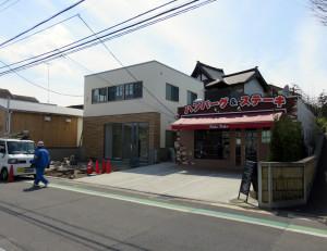 オーケーストアの真正面では門前商店の整備が進む、右が2月にオープンした「BAKU BAKU(バクバク)」