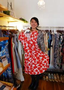 店頭に約100着、在庫も含めると約200着もの服の中から共に過ごせる服を見つける時間もとても楽しいという藤野さん