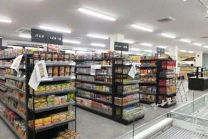 店内では急ピッチで開店準備が進められている。日配品やお菓子などは自社で直接扱う予定(棚の商品は仮置きとのこと)