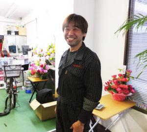 経営者の吉井昌彦さん。新しい店名と制服で新規一転のスタートとなった