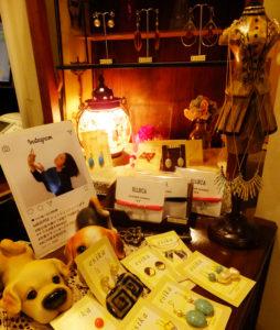 美容室ACTの店頭には、日吉出身・在住のデザイナー「esika」さんの手作りアクセサリーが並ぶ