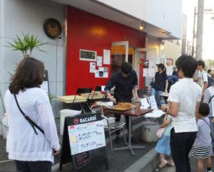 """先月開催時のチーズ日吉本町。例年より多く来客があり賑わったという。イタリア料理店らしい軽食やドリンク、""""100円玉で食べられる""""かき氷やあげパスタも人気に(2017年6月3日)"""