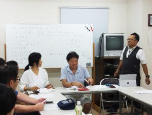 「日吉中央通り会」総会の司会は、新たに就任した内田副会長(写真右)が担当。同じく新任の澤井副会長(左)、大嶋会長(中央)と新体制で臨む