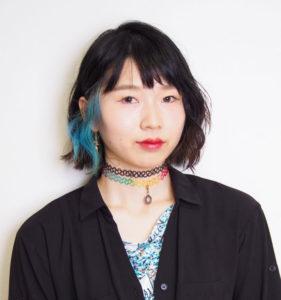 """千晶(ちあき)さん(ACT ZIPによるプロフィール紹介ページ・写真)は兵庫県姫路市生まれ・育ち。""""関西弁""""と、得意のメイク技も駆使したトータル・ファッション・コーディネートの提案も行っている"""