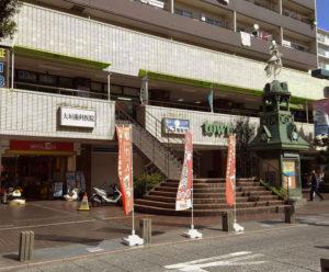 出張マーケットの会場となるレンタルルームキングドーはタウンアイビルの2階、パデュ中央広場の時計塔の隣の階段を上ったところにある(M工房提供)