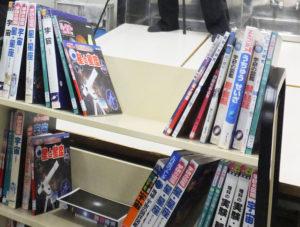 生徒たちは思い思いの書籍を手にとり、グループ発表の「裏付け」探しを行っていた。今回の授業に備え夏休みから資料探しを行ってきたと学校司書の森山美智代さん