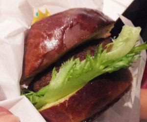 「64(ロクヨン)バーガー」は牛肉と豚肉の合挽(あいびき)肉を使用することで640円という価格を実現。「採算は厳しいですがロクヨンで」と西垣さんが研究し尽くしたパティ(お肉)をしっかりと挟むバンズ(パン)、ソースによる独特の味わいが特徴