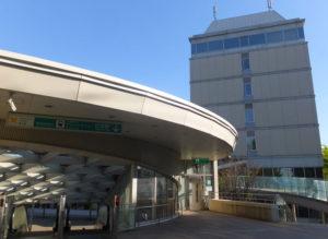 慶應義塾大学日吉キャンパス内・協生館内に藤原洋記念ホール(藤原ホール)はある。東急線からも、日吉駅地上改札からは階段の昇降なしで訪れることができる(写真はグリーンライン日吉駅の出入口付近)