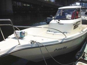 自ら一級小型船舶操縦免許(ボート免許)を保有する加賀雅典さんが、海図とコンパスのみで、東神奈川から羽田までのクルージングへ出航する際、マリーナにて撮影したもの(2012年3月21日、加賀雅典さん提供)