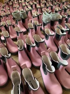 många rosa stövlar utan strumpor