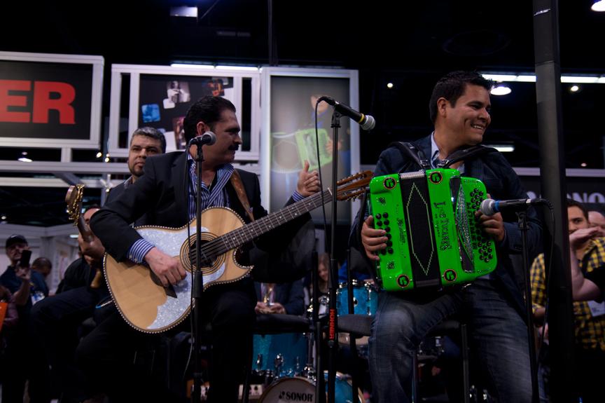 Mario Quintero Lara Plays H. Jimenez Live At NAMM 2014Mario Quintero Lara juega H. Jimenez en vivo en el NAMM 2014