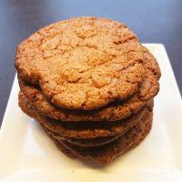 Store cookies med chokolade, vanilje og peanuts
