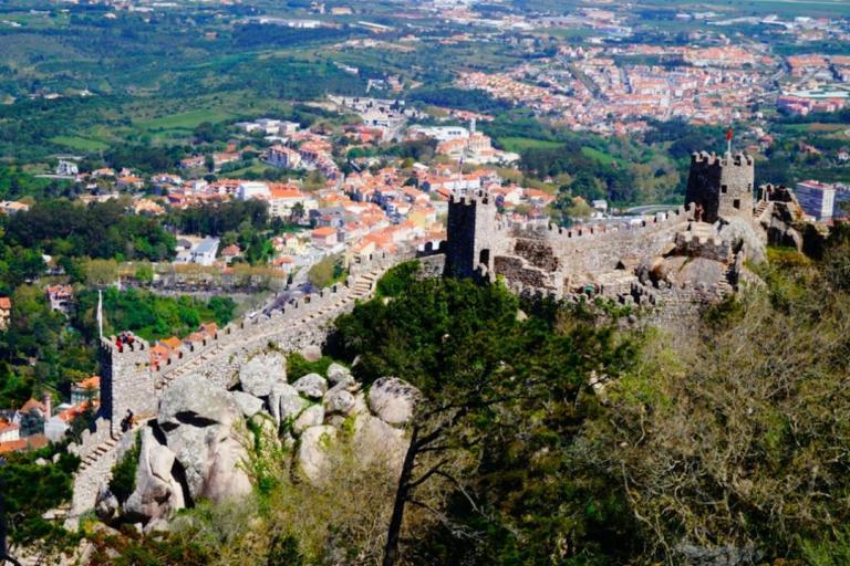 還可以在辛特拉國家宮殿附近品嚐葡萄牙當地美食,前往歐洲大陸最西邊的羅卡角懸崖 ( Roca Cape )-世界的盡頭!