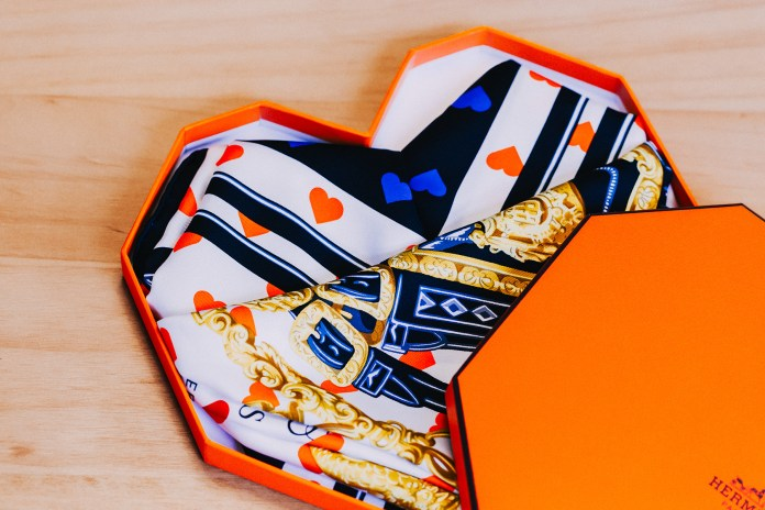 初見心型禮盒-Hermès 推出別注版「Brides de gala LOVE 90」Silk Scarf