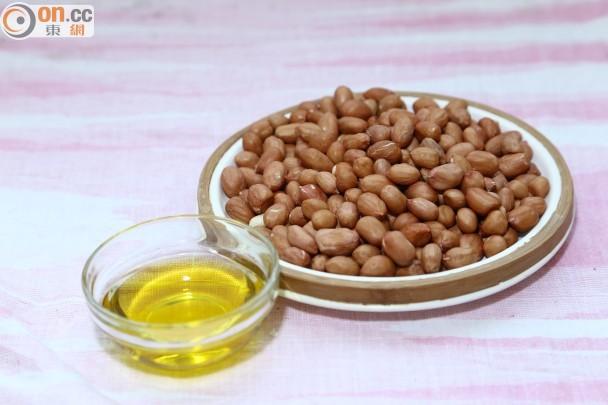 材料:生花生 250克、初榨特純橄欖油 2湯匙、鹽及糖 適量