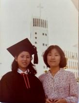 攝於一九八○年畢業禮,麥雪玲與張壽安老師合照。/黃秉勤提供