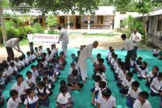 kolavada-school-pen-distribution-swaminarayan-temple-3