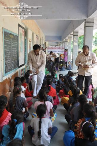 kolavada-school-pen-distribution-swaminarayan-temple-6