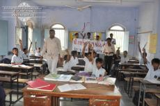 kolavada-school-pen-distribution-swaminarayan-temple-9