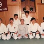 梁伯偉師傅在養秀館本部與宗家摩文仁賢榮師範〔中坐者〕及其門生合照 Sensei Patrick P. W. Leung, with Master Kenei Mabuni [middle] and his fellow students, at Yoshukan Honbu Dojo