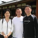 〔左起〕黃靜韻小姐,Con師範和梁伯偉師父攝於奈良「藥師寺」。