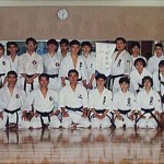 與日大鶴ケ丘高中空手道部師範日下修次先生〔中〕合照  With Sensei Shuji Kusaka [middle], at the Karatedo Squad of Tsurugaoka High School, Nihon University