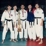 男子搏擊冠軍隊;中為黃家棟師傅、右一為梁伯祺師傅 Men's kumite team from our Association won the champion in the team kumite; Sensei Sunny K. T. Wong [middle] with Sensei Leung Pak-ki [1st on the right]
