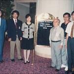 會長孔憲偉先生、梁伯偉師傅及黃靜韻小姐與世界糸東流空手道連盟 宗家摩文仁賢榮師範〔右三〕、岩田源三師範〔左一〕及橋本岩樹師範〔左二〕合照 Our Chairman Mr. Hung Hin-wai, Sensei Patrick P. W. Leung and Ms. Garley C. W. Wong with World Shitoryu Karatedo Federation Master Kenei Mabuni [3rd on the right], Sensei Genzo Iwata [1st on the left] and Sensei Iwaki Hashimoto [2nd on the left]