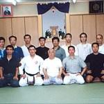 代表隊與宗家摩文仁賢榮師範〔中〕攝於大阪養秀館本部道場 The Hong Kong Shitoryu National Team, with Master Kenei Mabuni [middle] at Yoshukan Honbu Dojo, Osaka
