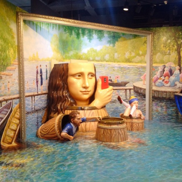 mona-lisa-selfie-diorama-trick-eye-hk-travel-blog