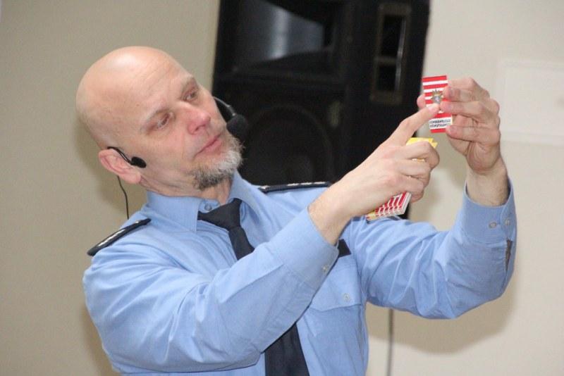 Hauptkommissar Armin Klaus verteilt an die Kinder am Ende den Kinder-Polizeiausweis.
