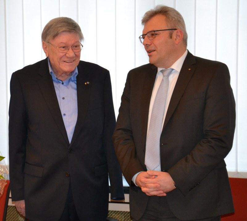 Bürgermeister Dr. Marius Hahn überreicht im Rathaus den Landesehrenbrief an Willi Oschewsky.