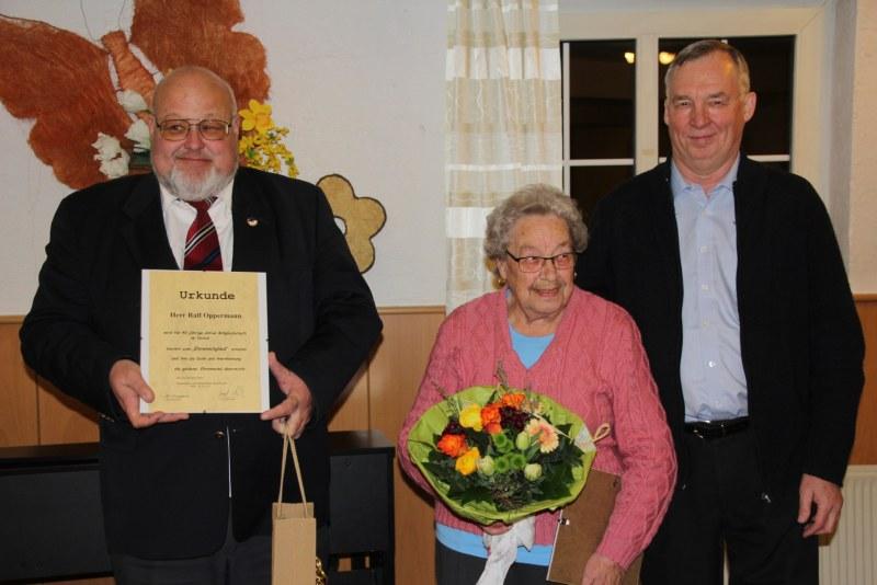 Ralf Oppermann, Manna Egenolf und Josef Dasbach (von links) wurden für langjährige Vereinstätigkeit im Mandolinenclub geehrt.