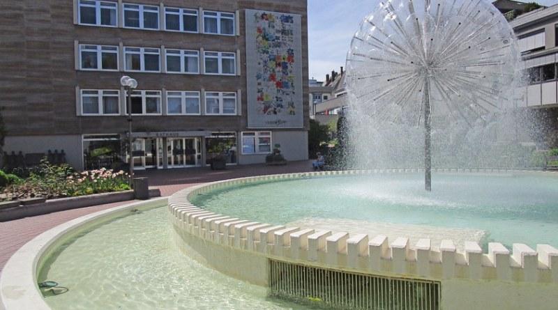 Die Pusteblume sprudelt wieder und die beiden Becken sind wieder mit Wasser gefüllt. Der auffallende Brunnen ist nach einer Zwangspause wieder in Betrieb. Fotohinweis: Stadt Limburg