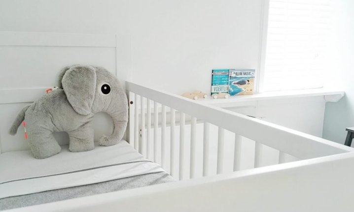 Kinderkamer-binnenkijker-babykamer-jongen-neutraal-scandinavisch-grijstinten-diy-hout-nieuw