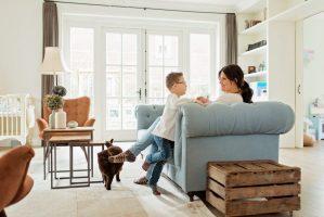 Fotograaf-Linda-ringelberg-fotografie-fotograaf-vragenuurtje-baby-lifestyle-woonkamer-mama-zoon-kat