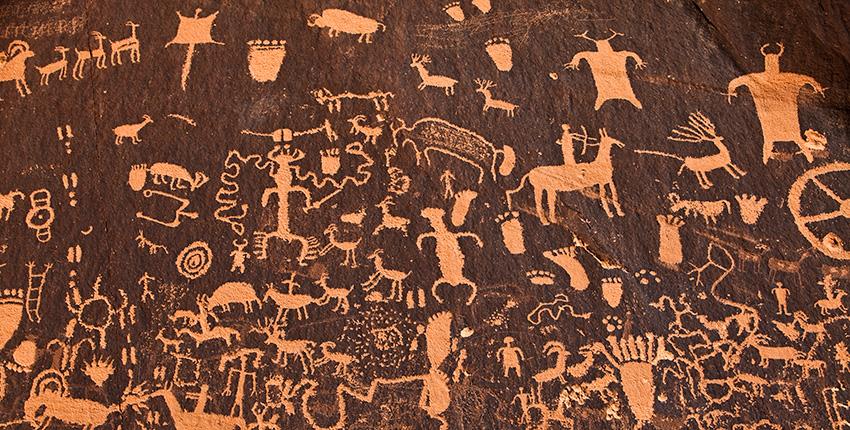 arte rupestre antiguo que muestra personas y animales.