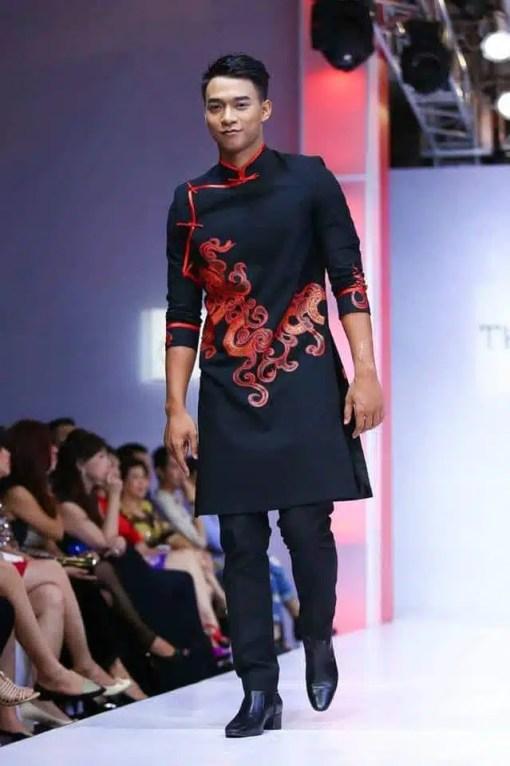 Áo dài nam đen sang trọng với họa tiết đỏ