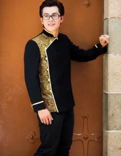 Áo dài nam vẽ họa tiết vàng đồng ấn tượng