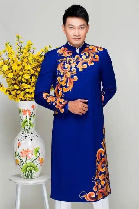 Áo dài nam xanh coban nổi bật với họa văn đối xứng