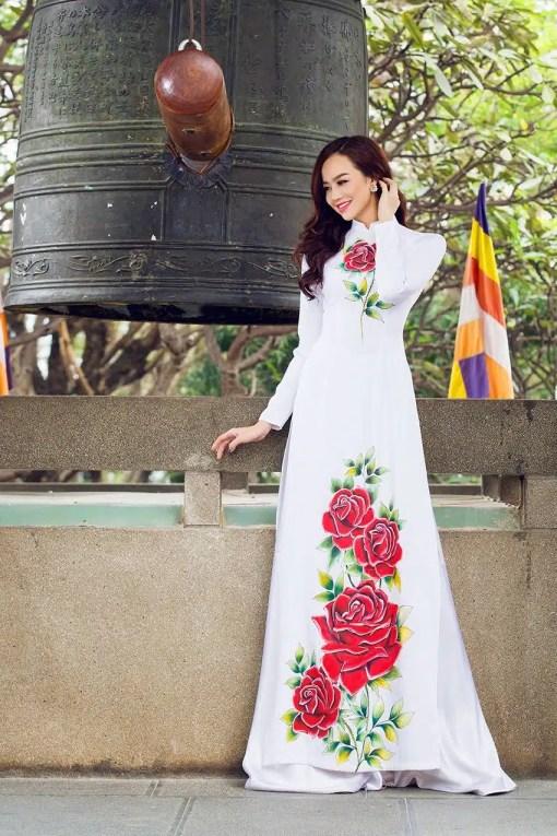 Áo dài nữ trắng vẽ hoa hồng đỏ bắt mắt