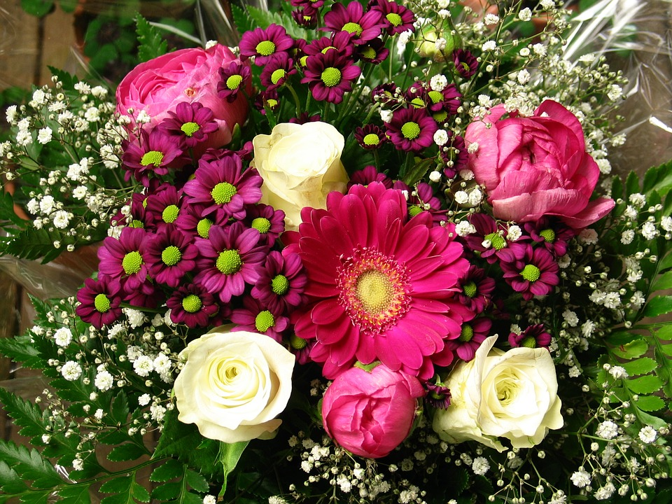 hoa và bánh tặng sinh nhật