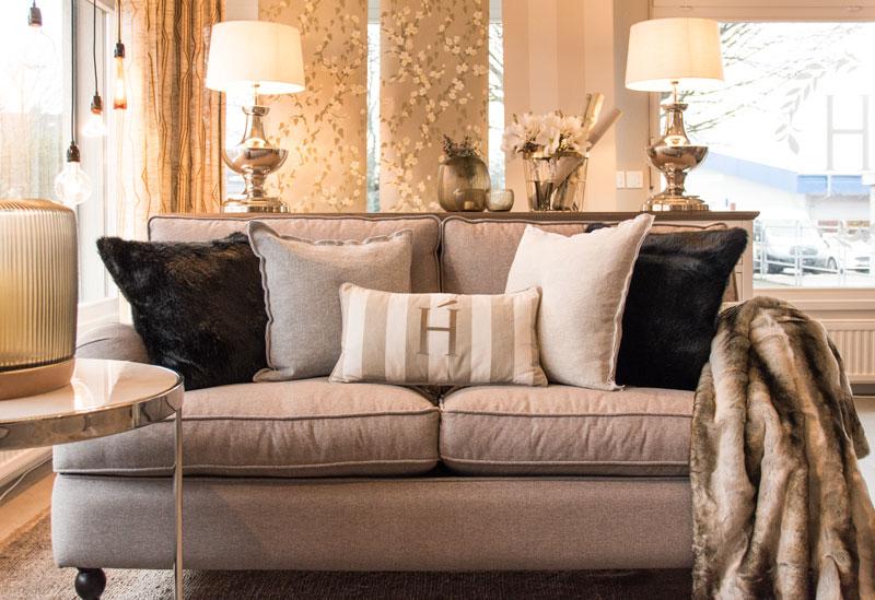 Sofa Couch Grau Kissen Deko Lampen Felldecke