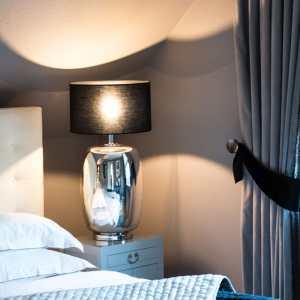Little Greene Wandfarbe Dolphin 246 Schlafzimmer Bett Nachttisch Lampe Vorhang