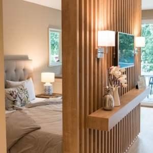 kleine wohnung einrichten intelligente wände Trennwand Raumteiler Bett Kissen Lampe Spiegel
