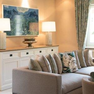 Couch Sofa Kissen Wandbild Lampen Deko